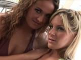 Plaisir lesbien au bord de la piscine